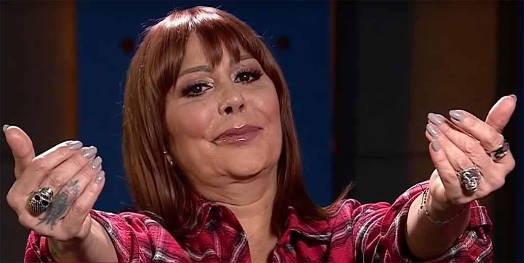 Alejandra abrió los brazos y le dijo a Frida: