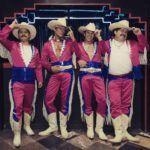 El vestuario de los inicios del grupo fue recreado en la serie