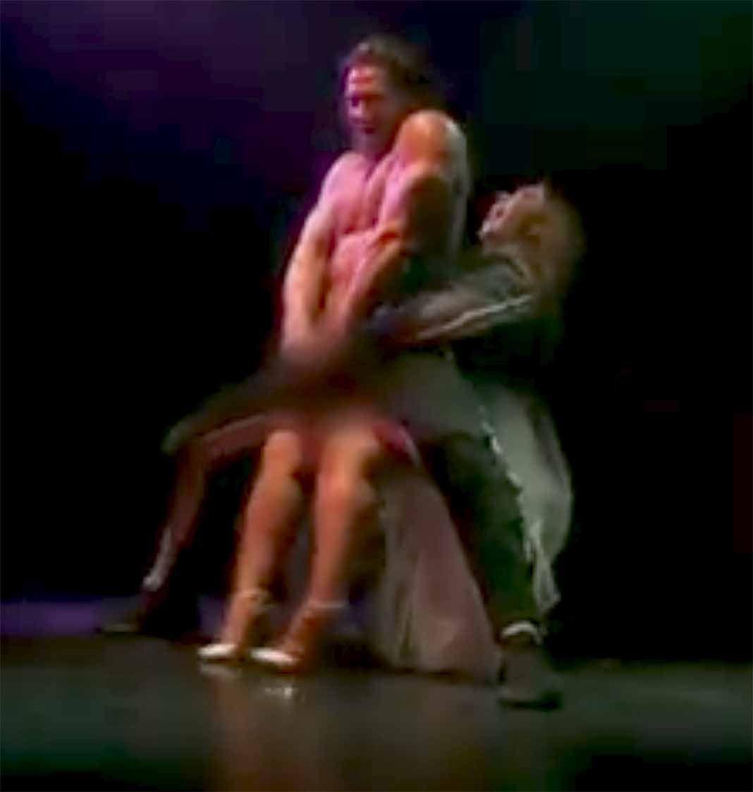 Chiquis jura no haberle tocado su miembro al stripper al meter sus manos en su pantalón