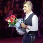El cantante aceptó el obsequio y con una gran sonrisa se alejó