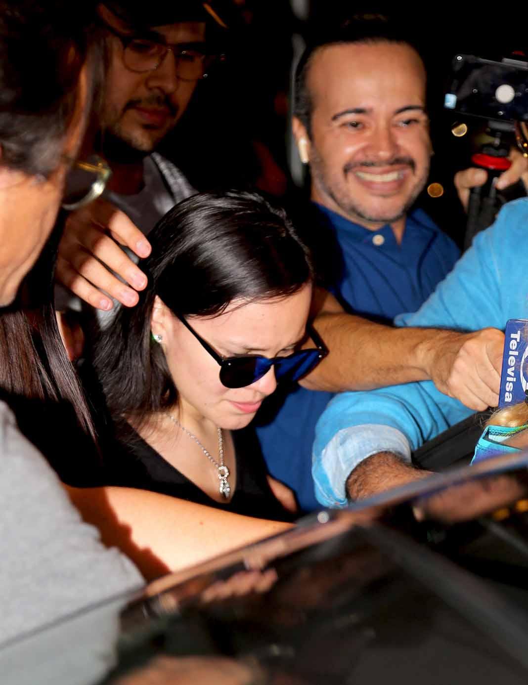 Sara Salazar, consternada, apenas si podía hablar ante los medios