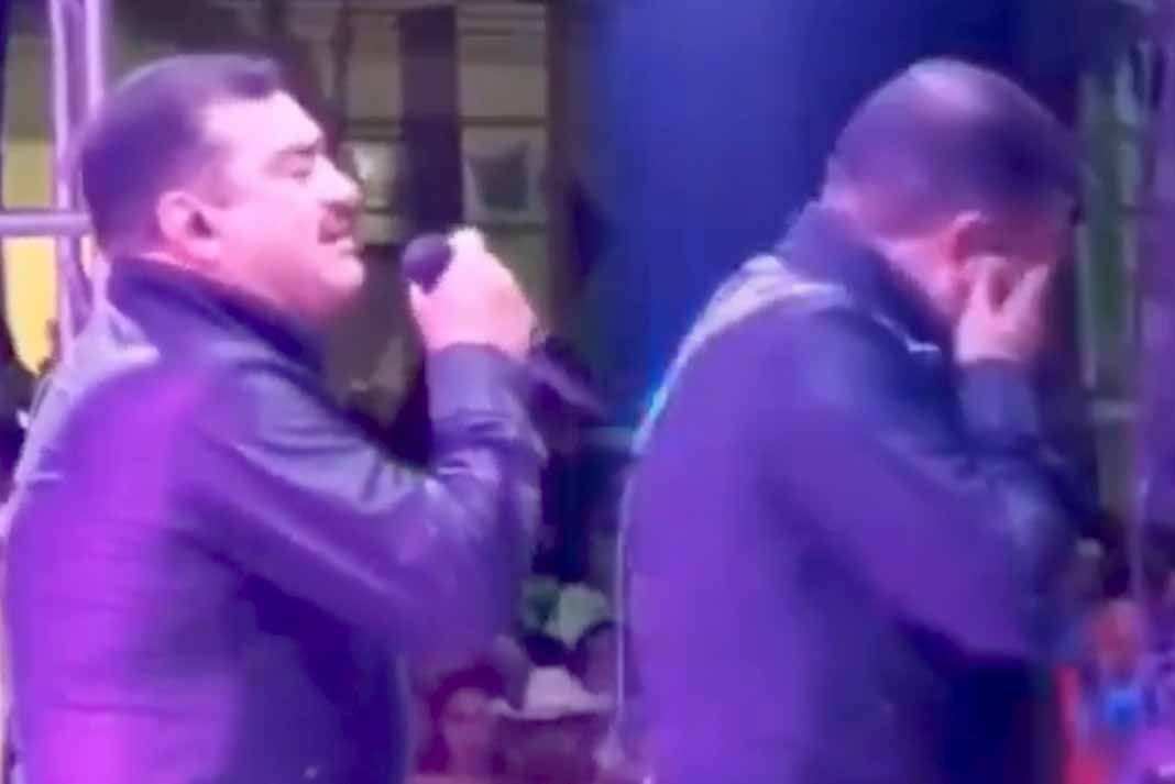 El vocalista de Conjunto Primavera comenzó a cantar la primera canción de su show cuando de pronto perdió la vez