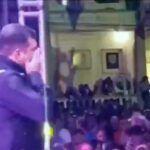 El cantante comenzó a llorar ante la impotencia de no poder seguir cantándole a su público