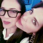 Yolanda Andrade es abrazada por la espalda por Lorena Meritano en el programa Montse y Joe