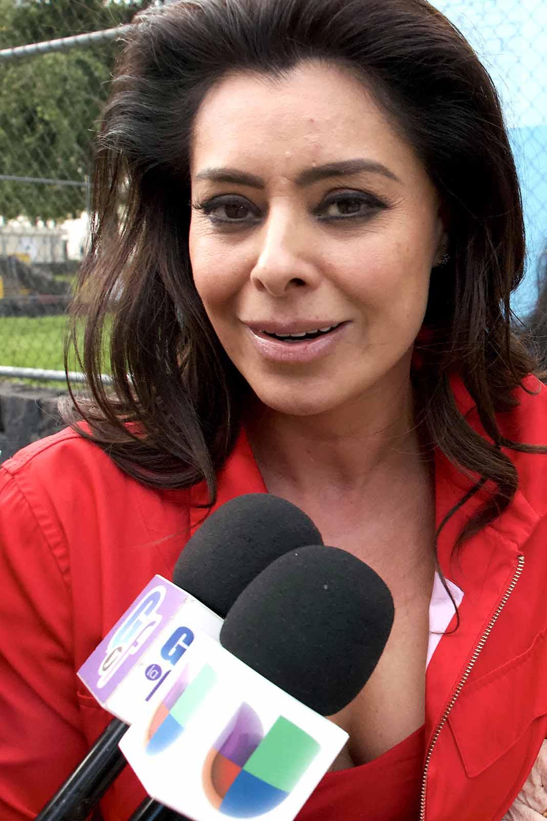 Yadhira Carillo es abordada por la prensa cada fin de semana que visita a su marido en presión
