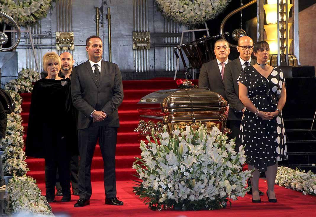 Ante la ausencia de la actual y última familia del artista, su ex esposa Anel, sus hijos José Joel y Marysol, y el marido de ésta hicieron la primera guardia de honor junto al ataúd en Bellas Artes