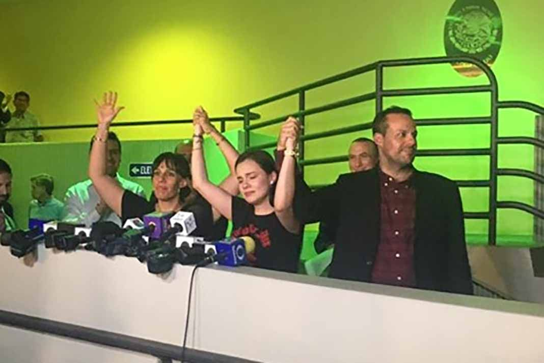 Alzando los brazos en señal de unión y victoria, los hijos de José José se comprometieron a realizar juntos la despedida a su padre en México y en Miami. Foto: Facebook / @ImagenTVMex