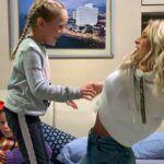 Aquí está Miranda, la más chiquita, brincado y divirtiéndose con la novia de su papá