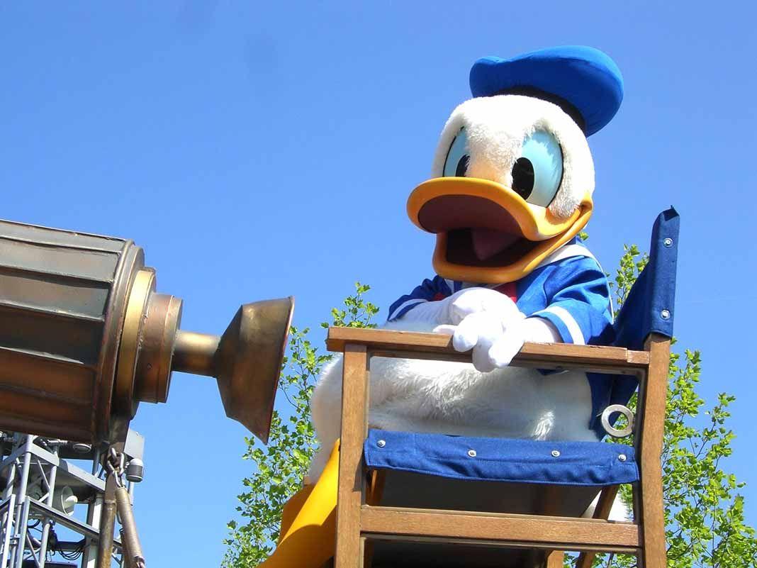 """Una mujer de 60 años manoseó """"todo el pecho"""" de la empleada que caracteriza al Pato Donald"""