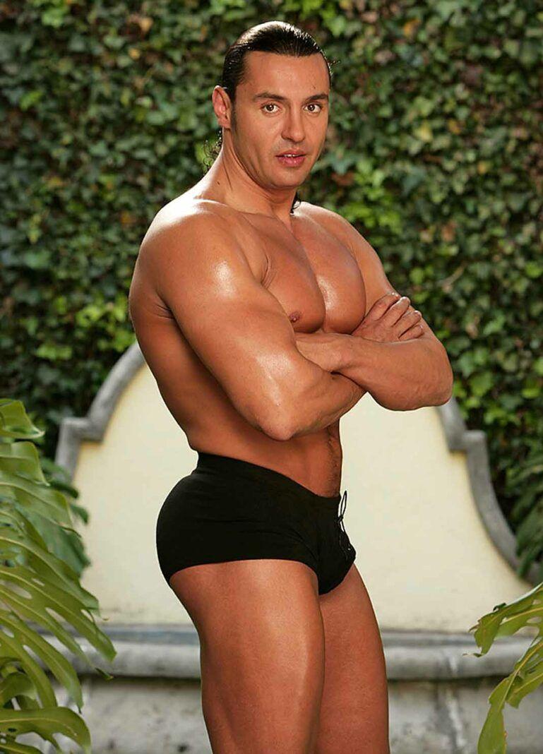 El ex luchador siempre ha sido cuestionado por sus glúteos, que se dicen, son operados