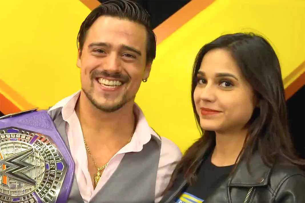 Ángel Garza posa con su campeonato y su novia Zaide, a quien pidió matrimonio en plena transmisión de su combate