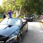Era muy larga la caravana de autos de la Our Lady of Lourdes Academy que pasó por la casa de Lili