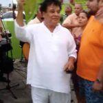 Con abanica en mano, huaraches y shorts, Juan Gabriel se puso a disfrutar de la música en un evento al aire libre en Aruba