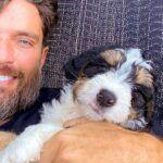Recientemente para mitigar su soledad, en su encierro, Julián ha volcado su cariño en un nuevo integrante de su familia: un perrito de nombre Fuli