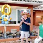 Don Ernesto y doña Lina, suegros de Lili y abuelos de sus hijos Lorenzo y Lina, salieron a disfrutar de la sorpresa