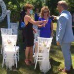 El mismo novio les anduvo sirviendo champaña a los invitados