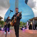 El joven cantó an el escenario al aire libre del Seminole Hard Rock Hotel & Casino, muy cerca de Miami