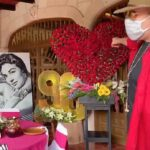 Pepe Aguilar ordenó un enorme corazón de rosas y su esposa colocó fotos gigantes de su nuera Flor Silvestre