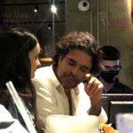 Pablo platicó un rato con otra de las acompañantes en la barra del bar, pero ya se le veía muy cansado