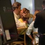 Tras cantar con ella, Pablo sorprendió a Mariana con un besazo, que fue celebrado por los presentes con aplausos