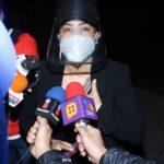 La actriz Yadhira Carrillo, amiga de la productora, atendió a la prensa antes de entrar a la funeraria