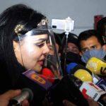 Maribel Guardia, muy atenta, atendió a los reporteros a su llegada al funeral de la productora mexicana
